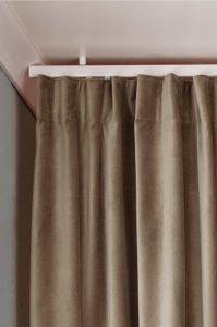 takskena för långa gardiner
