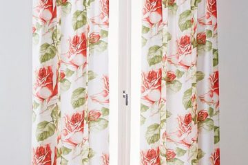 Långa blommiga gardiner